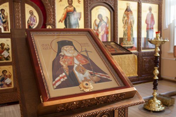 Икона святителя Луки, архиепископа Крымского с частицей мощей святого