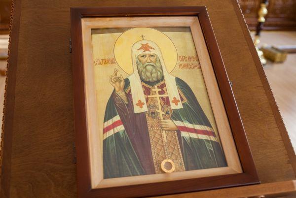 Икона святителя и исповедника Тихона Московского с частицей мощей святого