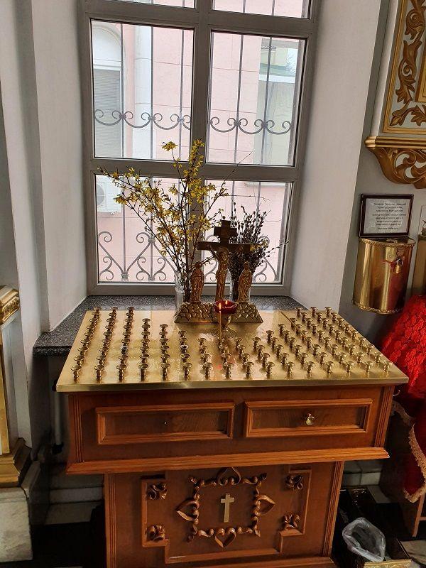 Распятие с предстоящими: место зажжения свечей об упокоении