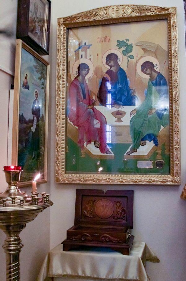 Икона, ковчег с частичкой мощей св. прав. Симеона Верхотурского и икона Святой Троицы с частицей дуба Мамврийского, под которым праотец Авраам встречал Господа в виде трех Ангелов